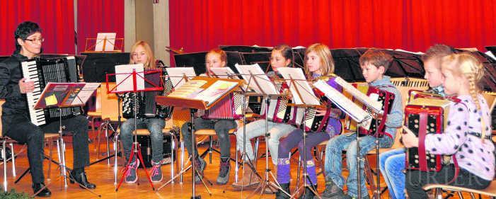 Eindrucksvoll demonstrierten die Jüngsten der Musikschule Südschwarzwald unter Marlene Adam zu Beginn des Jubiläumskonzertes des Akkordeon-Orchesters Tiengen ihr Können an den Instrumenten. | Bild: Herbert Schnäbele